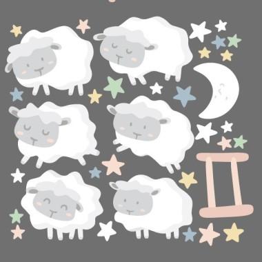 Ovelles nadó - Estrelles de colors - Vinils infantils Vinils nadó Vinil decoratiu de paret amb simpàtiques ovelletes saltant la tanca. Un entranyable disseny, totalment actualitzat, per decorar habitacions de nadons. Es pot adquirir amb les ovelles gris clar o blanques. Mides aproximades del vinil enganxat (ample x alt)  Bàsic:90x40 cm Petit:125x54 cm Mitjà:150x64 cm Gran:220x100 cm Gegant:300x140cm AFEGEIX UN NOM AL VINIL DES DE 9,99 €  vinilos infantiles y bebé Starstick