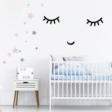 Carita durmiendo - Vinilos decorativos de pared Vinilos siluetas y formas básicas Dulce carita durmiendo. Pack compuesto por un par de ojitos y una pequeña boquita sonriendo. Encantadores vinilos de pared para decorar de manera original las habitaciones de niños, niñas y bebés. Medidas aproximadas del vinilo montado (ancho x alto)Básico: 30X15 cmPequeño: 50X25 cmMediano: 70x33 cmGrande: 100x50 cm   vinilos infantiles y bebé Starstick