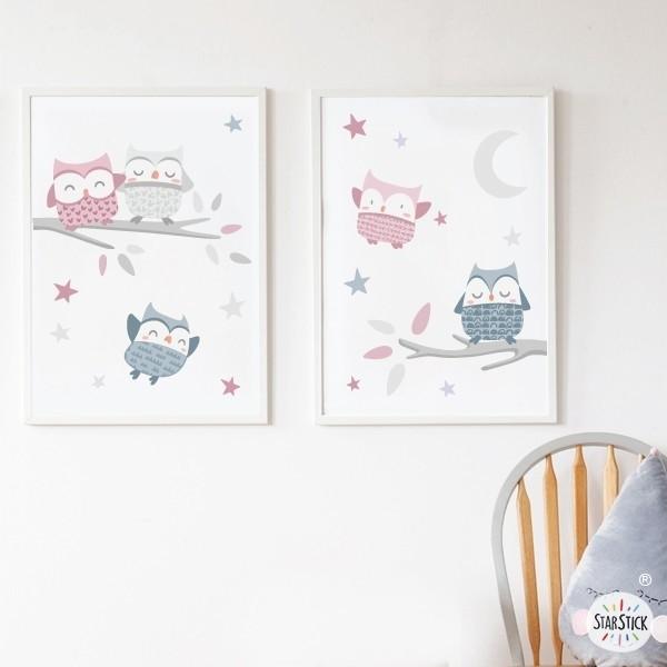 Pack de 2 láminas decorativas - Búhos rosa palo Packs de láminas Láminas infantiles con búhos. Ideales para decorar habitaciones de niños, niñas y bebés. Preciosas láminas, con ilustraciones de diseño, para enmarcar y colgar en las habitaciones de los peques de casa. Medidas (ancho x alto) A4 - 210 x 297 mm A3 - 297 x 420 mm A2 - 420 x 594 mm  Material: Impresión sobre canvas Marco: Opcional vinilos infantiles y bebé Starstick
