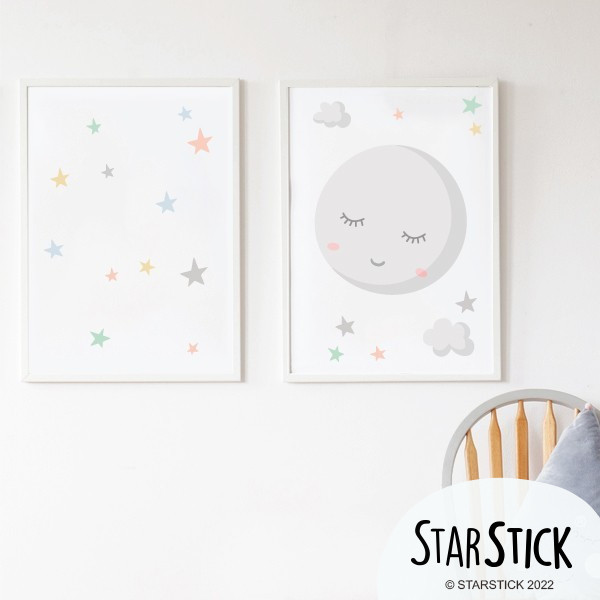 Pack de 2 láminas decorativas - Luna llena con estrellas de colores Packs de láminas Maravillosas láminas decorativas con una preciosa luna llena y estrellitas de colores. Un complemento perfecto para decorar las habitaciones de los bebés. Se pueden adquirir las láminas solas o con marcos y se pueden personalizar con uno o dos nombres. Medidas (ancho x alto) A4 - 210 x 297 mm A3 - 297 x 420 mm A2 - 420 x 594 mm   Material: Impresión sobre canvas Marco: Opcional vinilos infantiles y bebé Starstick