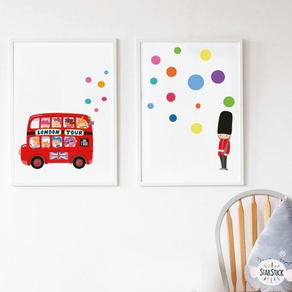 Lot de 2 affiche chambre enfant - London bus Packs de láminas Dimensions (largeur x hauteur) A4 - 210 x 297 mm A3 - 297 x 420 mm A2 - 420 x 594 mm  Matériel: Impression sur toile Cadre: Optionnel   vinilos infantiles y bebé Starstick