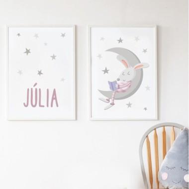Pack de 2 láminas decorativas - Conejito leyendo en la luna Láminas con nombre Pack de dos láminas infantiles para enmarcar. Láminas con un conejito leyendo en la luna y estrellas de colores. Se puede adquirir en rosa o en azul, y si se desea se puede personalizar con uno o dos nombres. Medidas (ancho x alto) A4 - 210 x 297 mm A3 - 297 x 420 mm A2 - 420 x 594 mm   Material: Impresión sobre canvas Marco: Opcional vinilos infantiles y bebé Starstick