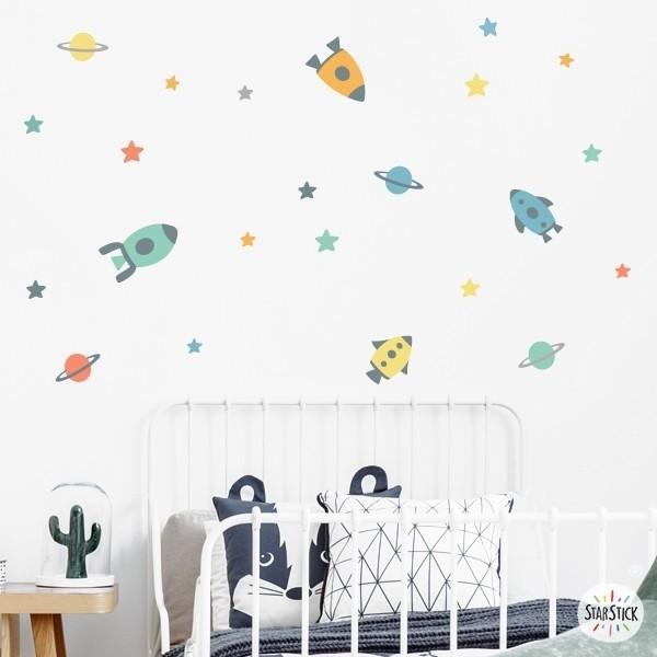 Petites fusées dans l'espace - Stickers enfants Stickers Garçons Mesures du vinyle  4 fusées de 14 à 19 cm de large15 étoiles et 4 planètesTaille de la feuille: 60x25 cmTaille du montage: 150x90 cm AJOUTE UN NOM POUR LE VINYLE À PARTIR DE 9,99€   vinilos infantiles y bebé Starstick