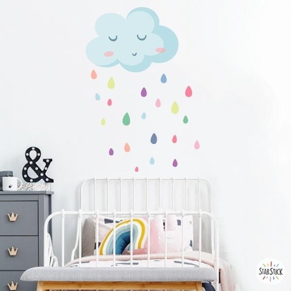 Pluja de colors - Vinils decoratius de paret Vinils infantils nenes Vinil decoratiu amb un dolç núvol blau i gotes de pluja de diferents colors. Vinils de disseny per omplir de tendresa qualsevol paret. Mides aproximades del vinil enganxat (ample x alt) Bàsic: 55x70 cm Petit: 70x95 cm  Mitjà: 80x135 cm  Gran: 100x150 cm  AFEGEIX UN NOM PER EL VINIL DE 9,99€   vinilos infantiles y bebé Starstick