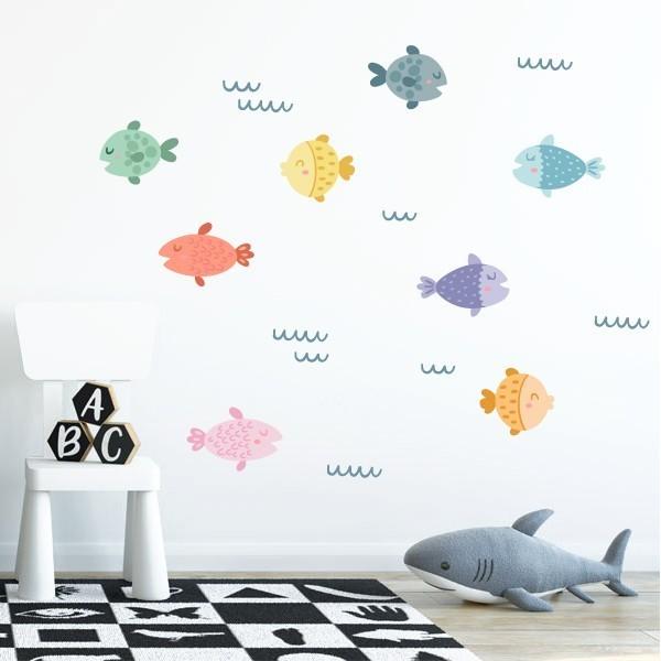 Poisson coloré - Autocollants décoratifs Sticker muraux chambre bébé Les Tailles 8 poissons: entre 17 et 22 cm de large chacun 9 lignes de vagues: entre 8 et 12 cm de large chacune Taille de la feuille: 60x40 cm Taille du montage: 125x100 cm AJOUTE UN NOM POUR LE VINYLE À PARTIR DE 9,99€   vinilos infantiles y bebé Starstick
