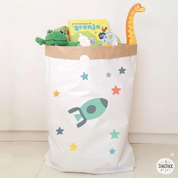 Paper bag - Fusée turquoise Paper bag Taille du sac: 60x70x16 (largeur x hauteur x base)Matière: 3 couches de papier kraft très résistant (extérieur blanc et intérieur ocre) vinilos infantiles y bebé Starstick