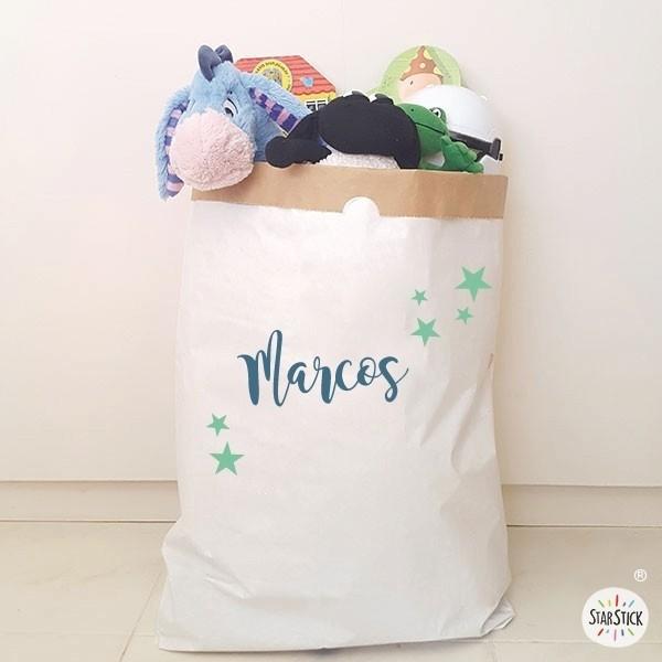 Paperbag - Nom et étoiles - Nom et étoiles Paper bag Taille du sac: 60x70x16 (largeur x hauteur x base)Matière: 3 couches de papier kraft très résistant (extérieur blanc et intérieur ocre) vinilos infantiles y bebé Starstick
