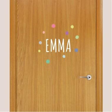 Nombre con confeti. Tonos pastel - Vinilo personalizable - Nombre para puertas Vinilos para puertas Vinilo decorativo con uno o dos nombres y confeti en tonos pastel. Vinilos originales totalmente personalizables, para pegar en puertas, muebles, paredes… Atrévete y decora tu hogar con los vinilos personalizados de StarStick. Tamaño de la lámina y montaje Lámina 1 nombre: 16x15 cm  Vinilo montado con las topos: 28x25 cmLámina 2 nombres: 18x17 cm  Vinilo montado con las topos: 28x28 cm   vinilos infantiles y bebé Starstick