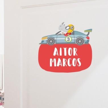 Cotxe de carreres amb rinoceront - Vinil amb nom per a portes Vinils per portes amb nom Vinil per portes amb un cotxe de carreres pilotat per un intrèpid rinoceront. Es pot personalitzar amb un o dos noms. Vinils decoratius a joc amb els murals de paret. Una idea genial per decorar les portes de les habitacions dels nens.  Mida de la làmina i del muntatge Làmina amb 1 nom: 26X18 cm Làmina amb 2 noms: 26X23 cm   vinilos infantiles y bebé Starstick