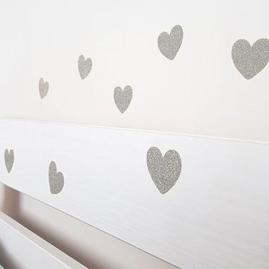 Corazones de purpurina plateada - Vinilos decorativos purpurina Inicio Maravilloso vinilo decorativo con corazones de purpurina plateada. Vinilos súper brillantes para decorar paredes, muebles, cristales, carpetas… Vinilos originales y muy fáciles de colocar.  Medidas del vinilo Cantidad:24 corazones de 4,5 cm x 4 cm (ancho x alto) vinilos infantiles y bebé Starstick