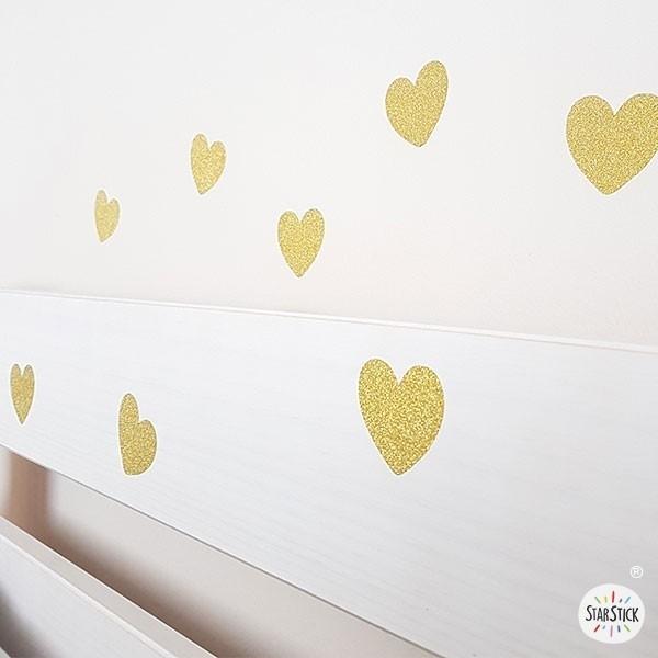 Cors de purpurina daurada - Vinils decoratius amb purpurina Inici Meravellós vinil decoratiu amb cors de purpurina daurada. Vinils súper brillants per decorar parets, mobles, vidres, carpetes...Vinils originals i molt fàcils de col·locar.  Mesures del vinil Quantitat: 36 cors de 4,5 cm x 4 cm (ample x alt)  vinilos infantiles y bebé Starstick