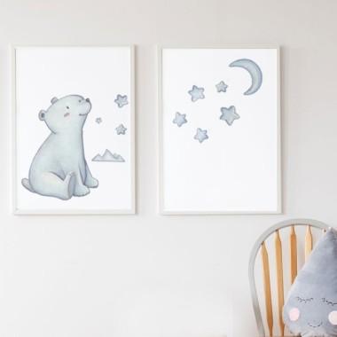 Pack de 2 làmines decoratives - Ós Polar Làmines amb nom Pack de dues làmines decoratives amb un Ós Polar. Il·lustracions realitzades en aquarel·la i impreses sobre canvas. Productes de disseny amb els quals podreu decorar de manera personalitzada l'habitació del nadó. Mides (ample x alt) A4 - 210 x 297 mm A3 - 297 x 420 mm A2 - 420 x 594 mm  Material: Impressió sobre canvas Marc: Opcional vinilos infantiles y bebé Starstick