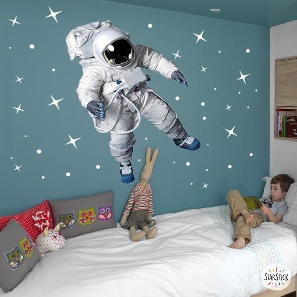 Astronauta realista - Vinil infantil fluorescent Vinils infantils Nen   Súper vinil decoratiu totalment fluorescent a la foscor. Vinil amb un gran cosmonauta realista i estrelles de diferents mides que encantarà als teus nens.  Mesures aproximades del vinil muntat (ample x alt) Bàsic: 95x70 cm Petit: 125x85 cm Mitjà: 165x110 cm Gran: 220x140 cm Gegant: 285x175 cm   AFEGEIX UN NOM AL VINIL DES DE 9,99 € vinilos infantiles y bebé Starstick
