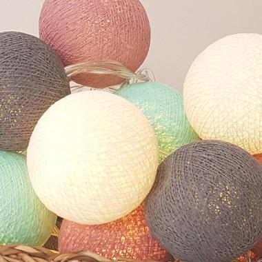 Garlanda de llum - Rosa gris Garlandes decoratives Garlanda de llum amb boles de cotó fetes a mà,de color rosa, gris, blau turquesa i blanc. Ideals per a habitacions infantils, rebedors...20 boles de cotó de 6 cm de diàmetre cadascunaColor: Rosa gris,turquesa, blanc i gris3 metres de cable des de la primera fins a l'última bola1 metre de cable des de l'última bola fins a la caixa de pilesFUNCIONA AMB 3 PILES AA NO INCLOSES vinilos infantiles y bebé Starstick