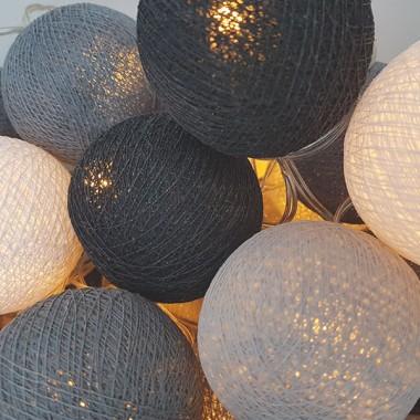 Guirlande lumineuse - Gris et blanc Guirlandes décoratives 20 boules de coton de 6 cm de diamètre chacuneCouleur: Gris clair, gris foncé et blanc3 mètres de câble de la première à la dernière balle1 mètre de câble de la dernière boule à la boîte de batterieFONCTIONNE AVEC 3 PILES AA NON INCLUS vinilos infantiles y bebé Starstick