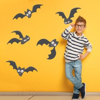 Terrorífics ratpenats - Vinils infantils per a nens i nenes Vinils Nen Vinil decoratiu de paret apte per a nens i nenes amb caràcter, valentia i sentit de l'humor. Vinil infantil amb 5 ratpenats d'allò més terrorífics. T'atreveixes a decorar amb personalitat teves parets? Mides aproximades del vinil enganxat (ample x alt) Bàsic:80x40 cm Petit:110x60cm Mitjà:175x80 cm Gran:226x140 cm  AFEGEIX UN NOM PER EL VINIL DE 9,99€   vinilos infantiles y bebé Starstick