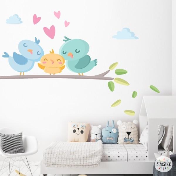 Vinilo decorativo para bebés - Familia de pajaritos Vinilos infantiles Bebé Vinilo decorativo de pared con una cariñosa familia de pajaritos en la rama del árbol. Vinilos infantiles con diseños exclusivos de StarStick. Perfectos para llenar de dulzura y amor las habitaciones de los bebés.   Medidas aproximadas del vinilo montado (ancho x alto) Básico:70x50 cm Pequeño:110x70cm Mediano:130x100 cm Grande:185x130cm Gigante:250x166cm  AÑADE UN NOMBRE AL VINILO DESDE 9,99€  vinilos infantiles y bebé Starstick