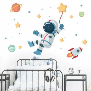 Vinils infantils - Astronauta, missió espacial Vinils Nen Vinil infantil amb un astronauta al mig de l'espai. Ideal per decorar parets d'habitacions infantils de manera original i divertida. Vinil per a nens i nenes amb una missió molt concreta; l'estrella de la felicitat.  Mides aproximades del vinil enganxat (ample x alt) Bàsic:75x45 cm Petit:125x70 cm Mitjà:160X75 cm Gran:210x140 cm Gegant:300X175 cm  AFEGEIX UN NOM AL VINIL DES DE 9,99 €  vinilos infantiles y bebé Starstick