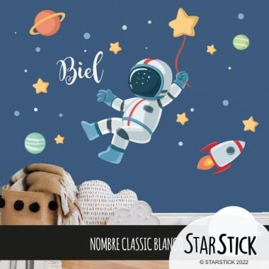 Vinilos infantiles - Astronauta, misión espacial Vinilos infantiles Niño Vinilo infantil con un astronauta en medio del espacio. Ideal para decorar paredes de habitaciones infantiles de manera original y divertida. Vinilo para niños y niñas con una misión muy concreta; la estrella de la felicidad.  Medidas aproximadas del vinilo montado (ancho x alto) Básico:75x45 cm Pequeño:125x70 cm Mediano:160X75 cm Grande:210x140 cm Gigante:300X175 cm  AÑADE UN NOMBRE AL VINILO DESDE 9,99€ vinilos infantiles y bebé Starstick