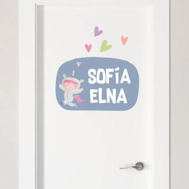 Niña disfrazada de unicornio - Nombre para puertas. Vinilo infantil