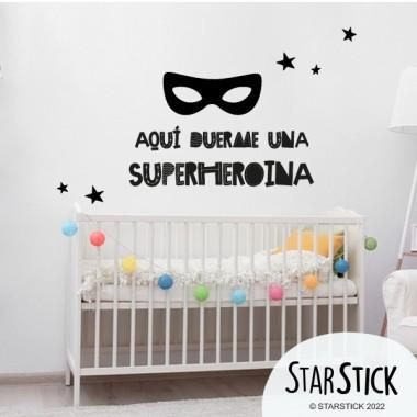 Aquí duerme un superhéroe - Vinilos infantiles de pared Vinilos textos y frases Aquí duerme un superhéroe. Vinilos infantiles para decorar habitaciones de niños, niñas y bebés, de manera original y atrevida. ¡Pegatinas de pared ideales para pequeños valientes! Medidas aproximadas del vinilo montado (ancho x alto) Básico: 40x30 cm Pequeño: 55x70 cm Mediano: 60x85 cm Grande: 70x100 cm Gigante: 100x130 cm  vinilos infantiles y bebé Starstick
