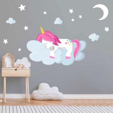 Vinilos para niñas y niños – Unicornio durmiendo en las nubes Vinilos infantiles Niña Pon color en las habitaciones infantiles con los divertidos vinilos de unicornio de StarStick. Existen distintos modelos, combinables entre ellos, con los que conseguirás una decoración estupenda. Todas las figuras son independientes, las puedes pegar con la composición que más se adapte a tu pared. Medidas aproximadas del vinilo montado (ancho x alto) Básico:70x40cm Pequeño:100x60 cm Mediano:130x75 cm Grande:180x100 cm Gigante:245x140 cm  AÑADE UN NOMBRE AL VINILO DESDE 9,99€  vinilos infantiles y bebé Starstick