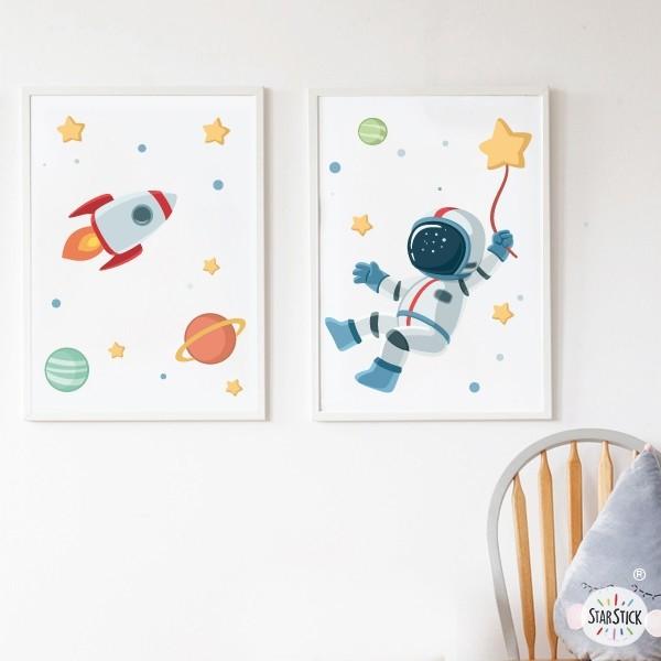 Pack de 2 láminas decorativas - Astronauta, misión espacial Láminas y cuadros infantiles Láminas decorativas con la ilustración de un astronauta en medio del espacio. Ideal para decorar paredes de habitaciones infantiles de manera original y divertida.Láminaspara niños y niñas con una misión muy concreta; la estrella de la felicidad. Medidas (ancho x alto) A4 - 210 x 297 mm A3 - 297 x 420 mm A2 - 420 x 594 mm  Material: Impresión sobre canvas Marco: Opcional vinilos infantiles y bebé Starstick