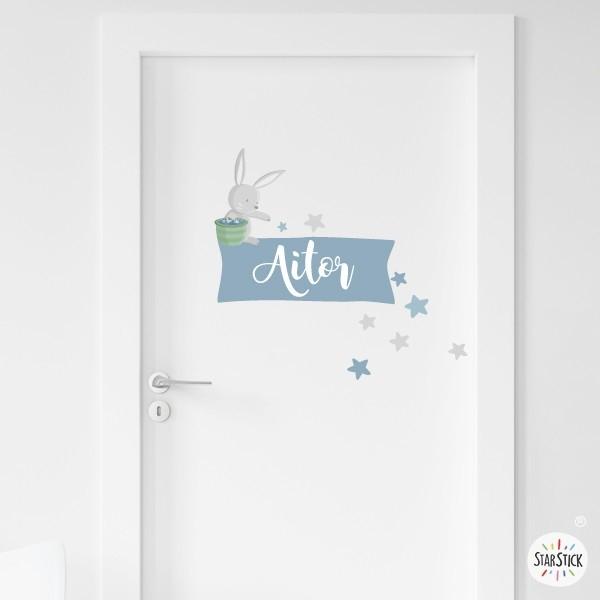 Conejito en la luna repartiendo estrellas - Nombre para puertas Stickers porte chambre Personaliza la puerta de los peques con los vinilos para puertas de StarStick. Un vinilo con un tierno conejito que reparte estrellas. Tamaño de la lámina y montaje Lámina 1 nombre:25x25cm Lámina 2 nombres:28x27 cm   vinilos infantiles y bebé Starstick