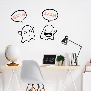 Pareja de fantasmas - Vinilos de pared para el hogar Vinilos casa Divertido vinilo decorativo con una pareja de fantasmas. Vinilos originales de la marca StarStick, para decorar salones, habitaciones, cocinas… Deja volar tu imaginación y atrévete a decorar las paredes o muebles de tu casa con un toque alegre y atrevido. Vinilos de gran calidad y diseños chulíssimos. Medidas aproximadas del vinilo montado (ancho x alto) Básico:50x33cm Pequeño:70x50cm Mediano:100x70 cm Grande:140x100 cm Gigante:200x130 cm vinilos infantiles y bebé Starstick
