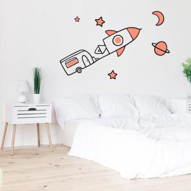 Súper cohete con caravana - Vinilos de pared para el hogar Vinilos casa ¡Nos vamos a la luna con cohete y caravana! Si sois atrevidos, os gusta viajar en caravana y os encanta decorar vuestro hogar con un toque de humor, aquí tenéis el vinilo ideal para vosotros. Vinilos aptos para convertir paredes, muebles o superficies lisas en espacios llenos de diversión.  Medidas aproximadas del vinilo montado (ancho x alto) Básico:65x40 cm Pequeño:90x55cm Mediano:140x85 cm Grande:190x125 cm Gigante:250x150 cm vinilos infantiles y bebé Starstick
