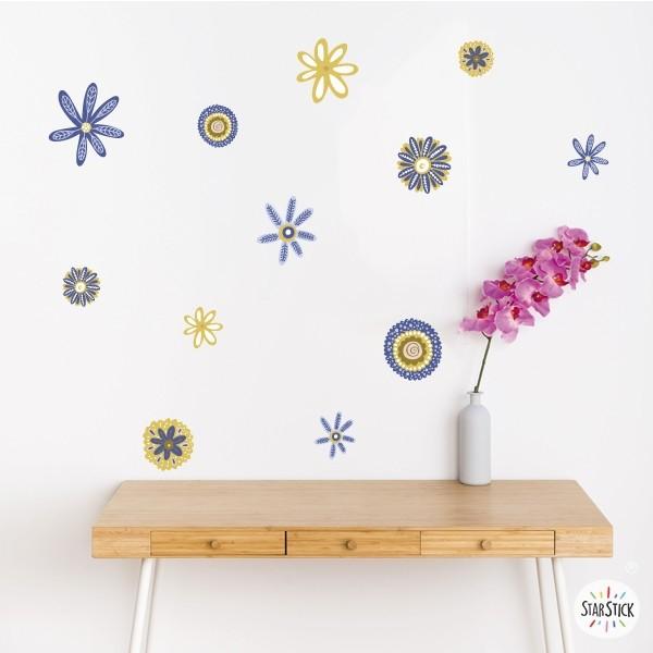 Flores Scandy tonos azul y amarillo - Vinilos de pared para el hogar Vinilos casa Alegres flores primaverales en tonos de azul y amarillo. Un vinilo decorativo perfecto para decorar cualquier espacio de de tu hogar. Vinilos de diseño que aportaran frescura y naturalidad en tus paredes. Medidasdel vinilo 13 flores Tamaño de la lámina: 60x33 cm Tamaño del montaje: 150x100 cm Tamaño de las flores: entre 7 y 15 cm de diámetro cada una  vinilos infantiles y bebé Starstick