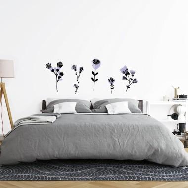 Vinilo cabezal de cama - Flores con tallo Vinilos casa Vinilo decorativo de pared con 5 tipos de flores con tallo. Es perfecto para decorar cabezales de cama pero también se puede pegar en otras paredes. Es lo que tienen los vinilos decorativos de StarStick; son tan versátiles y con diseños tan encantadores que los podrás pegar en cualquier espacio de tu hogar. Medidasdel vinilo montado (ancho x alto) Básico:75x30 cm Pequeño:100x40 cm Mediano:150x50 cm Grande:200x75 cm Gigante:300x97cm  vinilos infantiles y bebé Starstick