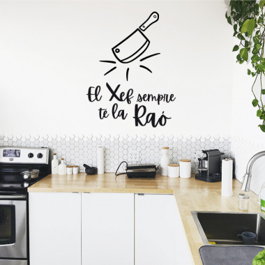 El chef siempre tiene razón - Vinilos decorativos para cocinas Vinilos casa Vinilos decorativos para cocinas que tengan Chefs con sentido del humor. Pegatinas decorativas con distintos colores, tamaños e idiomas a elegir. Se acabaron las cocinas aburridas y con paredes sosas.Medidasdel vinilo montado (ancho x alto) Básico:30x37 cm Pequeño:45x58 cm Mediano:58x73 cm Grande:99x124 cm Gigante: 135x167cm  vinilos infantiles y bebé Starstick