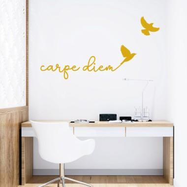Carpe Diem - Vinilos casa con frases Vinilos casa Carpe Diem. Vinilos de diseño para decorar paredes, muebles, cabezales de cama… Elige tamaño y color, y cambia de manera fácil y rápida el estilo de tu hogar. Vinilos de gran calidad para decorar de manera elegante y personalizada cualquier pared de tu casa. Medidas aproximadas del vinilo montado (ancho x alto) Básico:41x95 cmPequeño:126x55 cmMediano:172x75 cmGrande:290x127 cmGigante:335x150 cm  vinilos infantiles y bebé Starstick