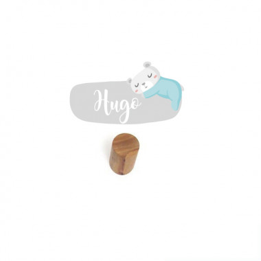 Colgador infantil personalizado - Osito en la luna Colgadores Colgador infantil con un mini vinilo personalizable con el nombre. Productos de diseño para decorar habitaciones infantiles y de bebés.  Cada pack incluye un colgador de madera + una lámina de vinilo.Tamaño del vinilo: 12x6 cm Tamaño del colgador: 6 cm de largo x 3 cm de diámetro  vinilos infantiles y bebé Starstick
