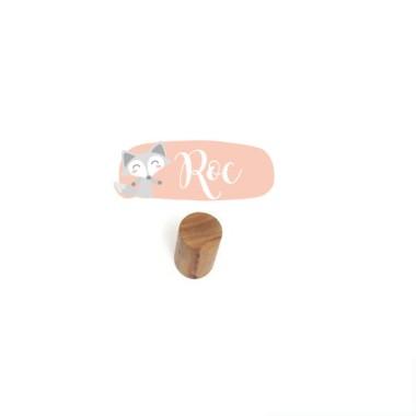 Penjador infantil personalitzat - Guineu Penjadors Penjador infantil amb un mini vinil personalitzable amb el nom. Productes de disseny per a decorar habitacions infantils i de nadons. Cada pack inclou un penjador de fusta + una làmina de vinil.  Mida del vinil: 12x6 cm Mida del penjador: 6 cm de llarg x 3 cm de diàmetre  vinilos infantiles y bebé Starstick