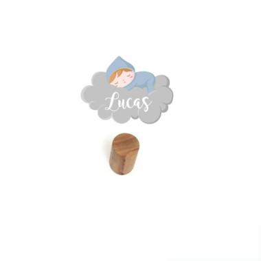 Penjador infantil personalitzat - Nadó dormint al núvol Penjadors Penjador infantil amb un mini vinil personalitzable amb el nom. Productes de disseny per a decorar habitacions infantils i de nadons. Descobriu tots els productes de la mateixa col·lecció; vinils murals, noms per a portes, mesuradors o làmines decoratives. Cada pack inclou un penjador de fusta + una làmina de vinil.  Mida del vinil: 12x6 cm Mida del penjador: 6 cm de llarg x 3 cm de diàmetre  vinilos infantiles y bebé Starstick
