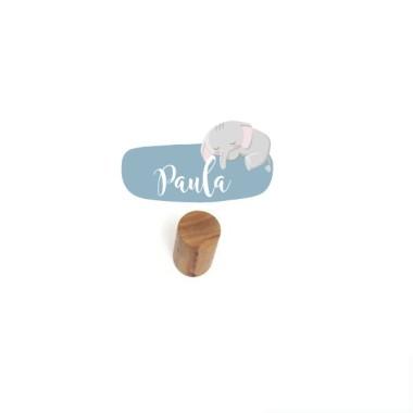 Penjador infantil personalitzat - Elefant Penjadors Penjador infantil amb un mini vinil personalitzable amb el nom. Productes de disseny per a decorar habitacions infantils i de nadons. Descobriu tots els productes de la mateixa col·lecció; vinils murals, noms per a portes, mesuradors o làmines decoratives. Cada pack inclou un penjador de fusta + una làmina de vinil.  Mida del vinil: 12x6 cm Mida del penjador: 6 cm de llarg x 3 cm de diàmetre  vinilos infantiles y bebé Starstick