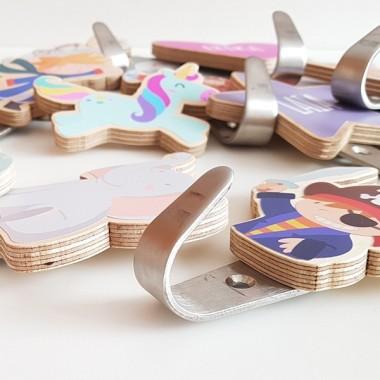 Penjador infantil - Núvol Penjadors Penjador infantil en forma denúvol. Hi ha diferents colors a escollir i es poden personalitzar amb el nom. Penjadors de disseny, originals i exclusius de la marca StarStick. Productes de decoració infantil de gran qualitat.Mida del cor:9,5 x 7,5cmMaterial: Silueta de fusta de bedoll i ganxo d'acer vinilos infantiles y bebé Starstick