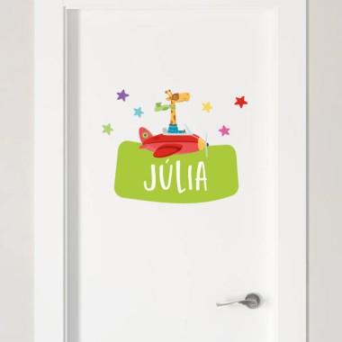 La jirafa va en avión - Vinilo con nombre para puertas Vinilos para puertas Vinilo personalizado para decorar puertas, muebles, paredes o todo tipo de superficies lisas. Se puede personalizar con uno o dos nombres, y combinar con los demás productos de la misma colección; vinilos murales, colgadores, vinilos medidores... Decora las habitaciones infantiles con la divertida jirafa que viaja en avión, conseguirás un resultado maravilloso. Tamaño de la lámina y montaje Lámina 1 nombre: 26X18 cm Lámina 2 nombres: 26X23 cm   vinilos infantiles y bebé Starstick