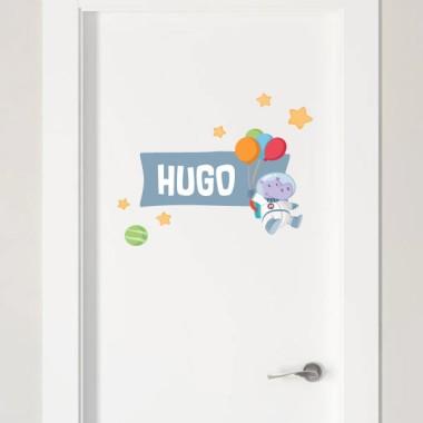 Hipopótamo astronauta con globos - Vinilo con nombre para puertas Vinilos para puertas Vinilo personalizado para decorar puertas, muebles, paredes o todo tipo de superficies lisas. Se puede personalizar con uno o dos nombres, y combinar con los demás productos de la misma colección; vinilos murales, colgadores, vinilos medidores... Pon color y diversión en las habitaciones infantiles con los divertidos productos de StarStick. Tamaño de la lámina y montaje Lámina 1 nombre:26X18 cm Lámina 2 nombres:26X23 cm   vinilos infantiles y bebé Starstick
