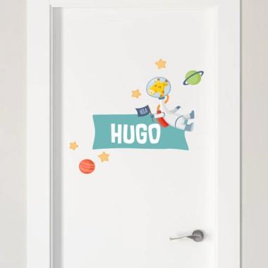 Jirafa astronauta - Vinilo con nombre para puertas Vinilos para puertas Vinilo personalizado para decorar puertas, muebles, paredes o todo tipo de superficies lisas. Se puede personalizar con uno o dos nombres, y combinar con los demás productos de la misma colección; vinilos murales, colgadores, vinilos medidores... Pon color y diversión en las habitaciones infantiles con los divertidos productos de StarStick. Tamaño de la lámina y montaje Lámina 1 nombre:26X18 cm Lámina 2 nombres:26X23 cm   vinilos infantiles y bebé Starstick