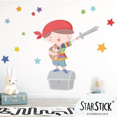 Súper niño pirata - Vinilos infantiles Vinilos Infantiles Fantástico vinilo de pared con un valiente niño pirata, un cofre del tesoro y estrellas decorativas. Maravillosos vinilos para decorar, con mucho cariño, las habitaciones de niños y bebés. Medidas aproximadas del vinilo montado (ancho x alto) Básico:70x50cm Pequeño:110x70 cm  Mediano:160x95cm  Grande:190x150 cm Gigante:240x170 cm  AÑADE UN NOMBRE AL VINILO DESDE 9,99€  vinilos infantiles y bebé Starstick