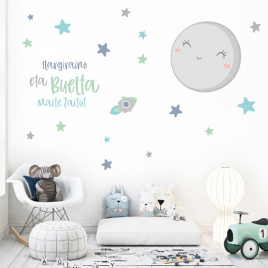 Vinilos para bebé - Te quiero hasta la luna y volver - Mint o rosa Vinilos infantiles Bebé Decora la habitación de tu bebé con este espectacular y completo mural infantil. El pack incluye la luna, las estrellas y la frase, que podrás pegar en tu pared con la composición que prefieras. Un vinilo maravilloso que llenará de ternura la pared de tu bebé.  Medidas aproximadas del vinilo montado (ancho x alto) Básico: 90x50 cm Pequeño:135x80cm Mediano:165x100 cm Grande:211x126 cm Gigante:300x175cm  AÑADE UN NOMBRE AL VINILO DESDE 9,99€   vinilos infantiles y bebé Starstick