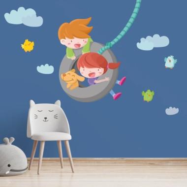 Vinilos infantiles- Niño y niña en el columpio Vinilos infantiles Niño Pon color y diversión en cualquier pared de tu hogar, escuela o zona de juego, con éste alegre vinilo infantil de pared con la ilustración de un niño y una niña columpiándose en una rueda. Elvinilo infantil incluye la rueda con los niños, la cuerda, las nubes y los pajaritos. Medidas aproximadas del vinilo infantil montado (ancho x alto) Básico: 70x40 cm Pequeño:100x75 cm Mediano:150x85 cm Grande: 200x110 cm Gigante:260x155 cm  AÑADE UN NOMBRE AL VINILO DESDE 9,99€ vinilos infantiles y bebé Starstick