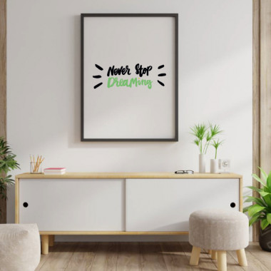 Never stop dreaming - Lámina decorativa de pared Láminas decorativas hogar Cambia el estilo de tu hogar con las divertidas láminas decorativas de StarStick. Diseños llenos de motivación y originalidad que darán un aire nuevo a tus paredes. Puedes elegir tamaño y color. ¿Te animas?  Medidas (ancho x alto) A4 - 210 x 297 mm A3 - 297 x 420 mm A2 - 420 x 594 mm  Material: Impresión sobre canvas Marco: Opcional vinilos infantiles y bebé Starstick