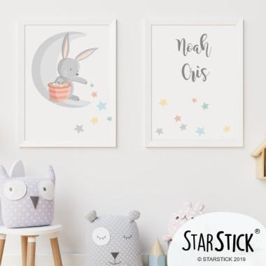 Pack de 2 láminas decorativas - Conejito en la luna repartiendo estrellas Láminas y cuadros infantiles Pack con dos láminas para enmarcar, con un conejito repartiendo estrellas. Láminas de diseño exclusivas de la marca StarStick. Perfectas para decorar y llenar de ternura, las habitaciones de bebé. ¡Diseños que enamoran! Medidas (ancho x alto) A4 - 210 x 297 mm A3 - 297 x 420 mm A2 - 420 x 594 mm  Material: Impresión sobre canvas Marco: Opcional vinilos infantiles y bebé Starstick