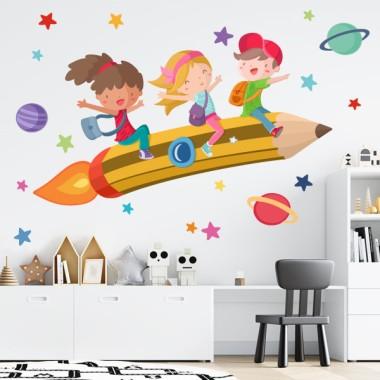 Lápiz escolar con niños y niñas - Vinilos de pared para colegios Decoración Colegios Divertido vinilo de pared con un cohete en forma de lápiz, que transporta a tres niños a través del universo. Vinilos decorativos capaces de llenar de color, magia e ilusión las paredes de las aulas. Son fáciles de instalar y permiten convertir las paredes de los centros educativos en murales llenos de arte y alegría.  Medidas aproximadas del vinilo montado (ancho x alto) Básico:70x45 cm Pequeño:120x70cm Mediano:150x100 cm Grande:200x150 cm Gigante:270x170 cm  vinilos infantiles y bebé Starstick