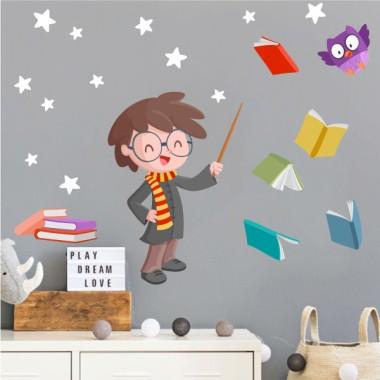 Harry Potter - Vinilos infantiles para niños y niñas Vinilos Infantiles ¿Fans de Harry Potter? Os presentamos un vinilo decorativo perfecto para vosotros. Un vinilo inspirado en la famosa saga de Harry Potter. Una estupenda opción para decorar habitaciones infantiles, bibliotecas, colegios… Fácil de instalar y con un resultado que no dejará a nadie indiferente. El pack incluye el niño, el búho, los libros y las estrellas (que se pueden elegir del color que más se adapte a vuestro espacio). Medidas aproximadas del vinilo infantil montado (ancho x alto)Básico: 75x40 cmPequeño:110x65 cmMediano: 150x75cmGrande:210x100 cmGigante:290x150 cm  AÑADE UN NOMBRE AL VINILO DESDE 9,99€ vinilos infantiles y bebé Starstick