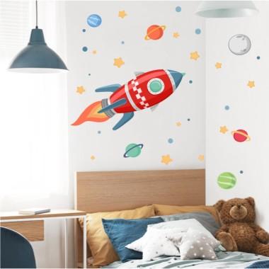 Vinilo infantil - Cohete en el espacio - Rojo Vinilos Infantiles Espectacular vinilo de pared con un cohete y estrellas de distintos colores, para decorar habitaciones infantiles. Originales ideas para convertir los dormitorios y salas de juego de niños, niñas y bebés en espacios únicos. Este pack incluye un cohete, planetas y estrellas de color gris o amarillo. Medidas aproximadas del vinilo montado (ancho x alto) Básico: 70x45cm Pequeño:120x60cm Mediano:155x70cm Grande:200x100 cm Gigante:250x130cm  AÑADE UN NOMBRE AL VINILO DESDE 9,99€ vinilos infantiles y bebé Starstick